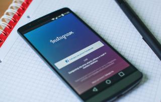 Ein Smartphone mit der App Instagram geöffnet
