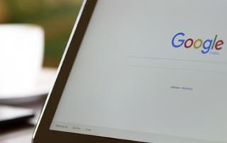 Aufgeklappter Bildschirm mit der Google-Startseite