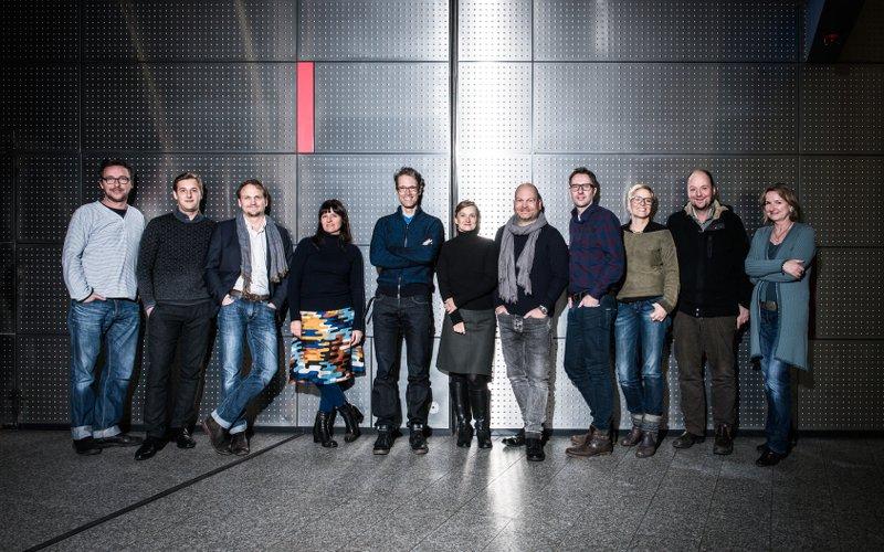 9 Leute von 9 Agenturen stehen nebeneinander