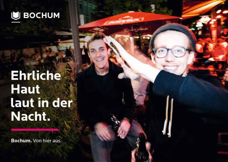 Zwei Jungs im Vordergrund machen Party und der Überschrift: Ehrliche Haut laut in der Nacht