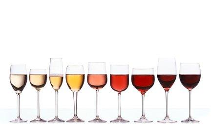 9 Gläser stehen in einer Reihe. Die Farben der Getränke sind von blass rosa bis intensiv rot angeordnet. Symbolische Bedeutung dafür, dass es verschiedene Arten der Werbung gibt, die unterschiedlich wirken.