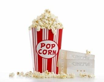 Tüte Popcorn und zwei Kinotickets