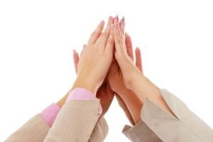 zwei Personen geben sich high five
