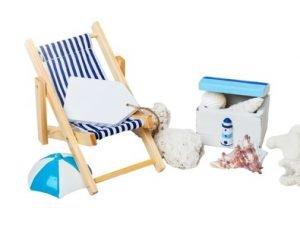 Ein Liegestuhl, Wasserball und Muscheln