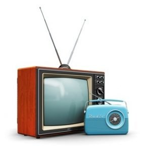 Ein Fernseher vor dem ein Radio steht