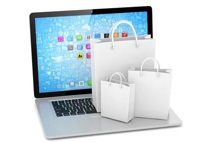 Ein Laptop mit Einkaufstaschen auf der Tastatur