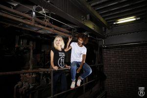 Zwei Modells posieren in Gruben Helden T-shirts.