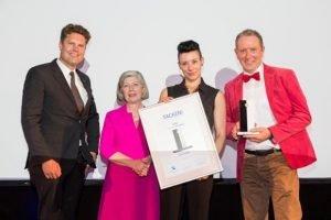 Hans Piechatzek (Marketing Club Ruhr) und Jutta Kruft-Lohrengel (IHK zu Essen) mit den Tacken-Gewinnern der Bäckerei Welp