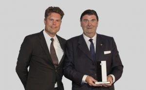 """Marketing Club Ruhr-Präsident Hans Piechatzek mit """"Kopf des Jahres"""" Professor Dr. Peter Zec"""