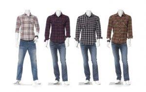 Vier Schaufensterpuppen ohne Kopf stehen nebeneinander. Alle tragen Jeans und unterschiedlich farbige Hemden.