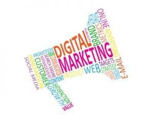 Viele bunte Wörter die ein Megaphon ergeben. Besonders groß sind die Worte Digital & Marketing