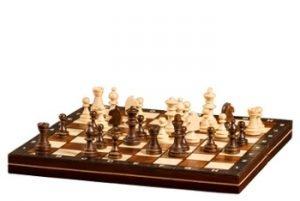 Ein Schachbrett aus Holz
