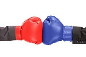 Zwei Boxhandschuhe die sich berühren
