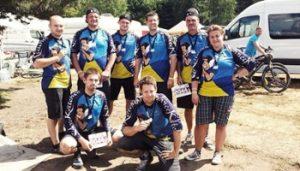 Ein Foto der Mannschaft mit den selbstdesignten Trikots.