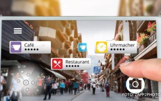Ein Handy auf dem auf einer Karte verschiedene Geschäfte angezeigt werden