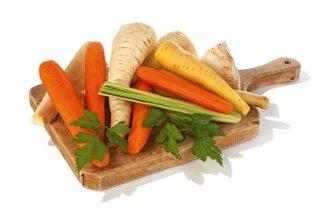 Holzbrett auf dem verschiedenes Gemüse liegt