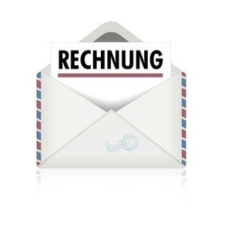 Ein geöffneter Briefumschlag mit einem Zettel mit der Aufschrift Rechnung darin