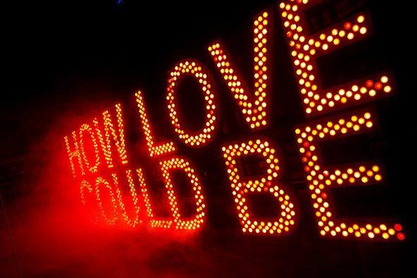 Lichtinstallation der Kammerspiele mit der Leuchtschrift: How Love Could Be