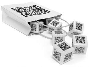 Tüte auf der ein QR-Code ist, daraus fallen einige Würfel auf denen ebenfalls Codes sind