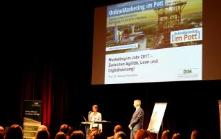 Beim ersten Zukunftskongress in Duisburg fanden die Vorträge auf der Bühne statt. Foto: Marketing im Pott