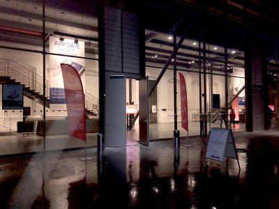 Am Tag der Veranstaltungen wird auch der Eingang mit zwei Beachflags gebrandet. Foto: Westfunk