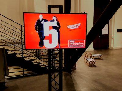 """Die Besucher von """"Radio Bochum on Ice"""" werden mit einem Screen im Senderdesign begrüßt. Foto: Westfunk"""