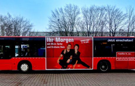Einschaltimpuls direkt am Bus: Die Kampagne von Radio K.W. für den Kreis Wesel wird den Hörern nah gebracht. Foto: Westfunk GmbH & Co. KG.