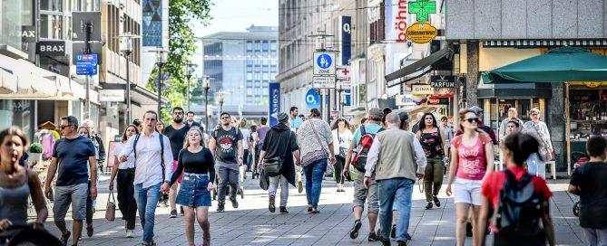 Nur wenige Geschäfte aus der Innenstadt, wie hier in Essen, spielen virtuos auf der Klaviatur der sozialen Netzwerke. Foto: Kerstin Kokoska/FUNKE Foto Services