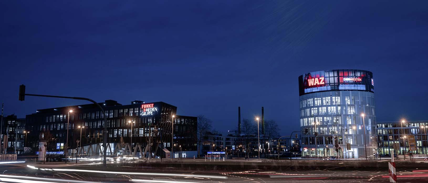 Mit einer Breite von 45 Metern und einer Höhe von 7,5 Metern bietet die NewsWall ein außergewöhnliches 180 Grad-Werbeformat. Foto: Ralf Rottmann/FUNKE Foto Services