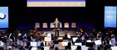 Schnappschuss vom 10. Kulturinvest-Kongress: Hans-Conrad Walter mit Instrumentalisten der Neuen Philharmonie. Foto: Danny Kurz