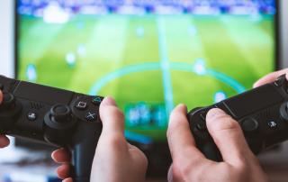 """Echte Marken in virtuellen Welten, wie authentische Trikot- und Bandenwerbung in Sport-Simulationen, sind für Spieler oft nicht bloß """"nic-to-have"""" – sie runden das Realitätsgefühl erst richtig ab. Foto: Jeshoots/Unsplash"""
