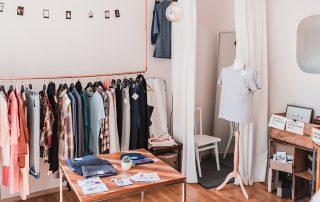 Der kleine Showroom in Duisburg reicht aus. Entworfen und genäht wird die Mode von Anna Termöhlen in der benachbarten Wohnung. Foto: Ingo Otto / FUNKE Foto Services