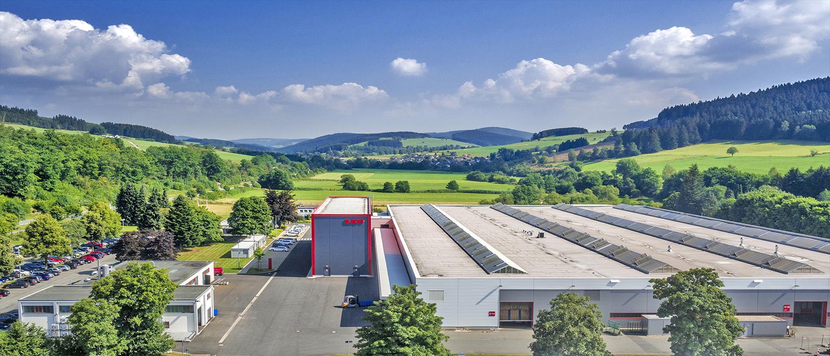 Industriegelände in Südwestfalen umgeben von Landschaft. Bild: Agentur Dominik Ketz