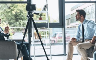Video-Interview zwischen zwei Geschäftsleuten: Ein Video sagt mehr als tausend Worte. Auch das Businessnetzwerk XING bietet verschiedene Möglichkeiten Videobotschaften wirkungsvoll zu verbreiten. Bild: iStock