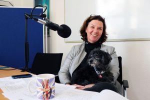 War zum Thema Pflege am Mikrofon: Beate Rupietta, Geschäftsführerin der Assum GmbH, mit Hund Flaco.