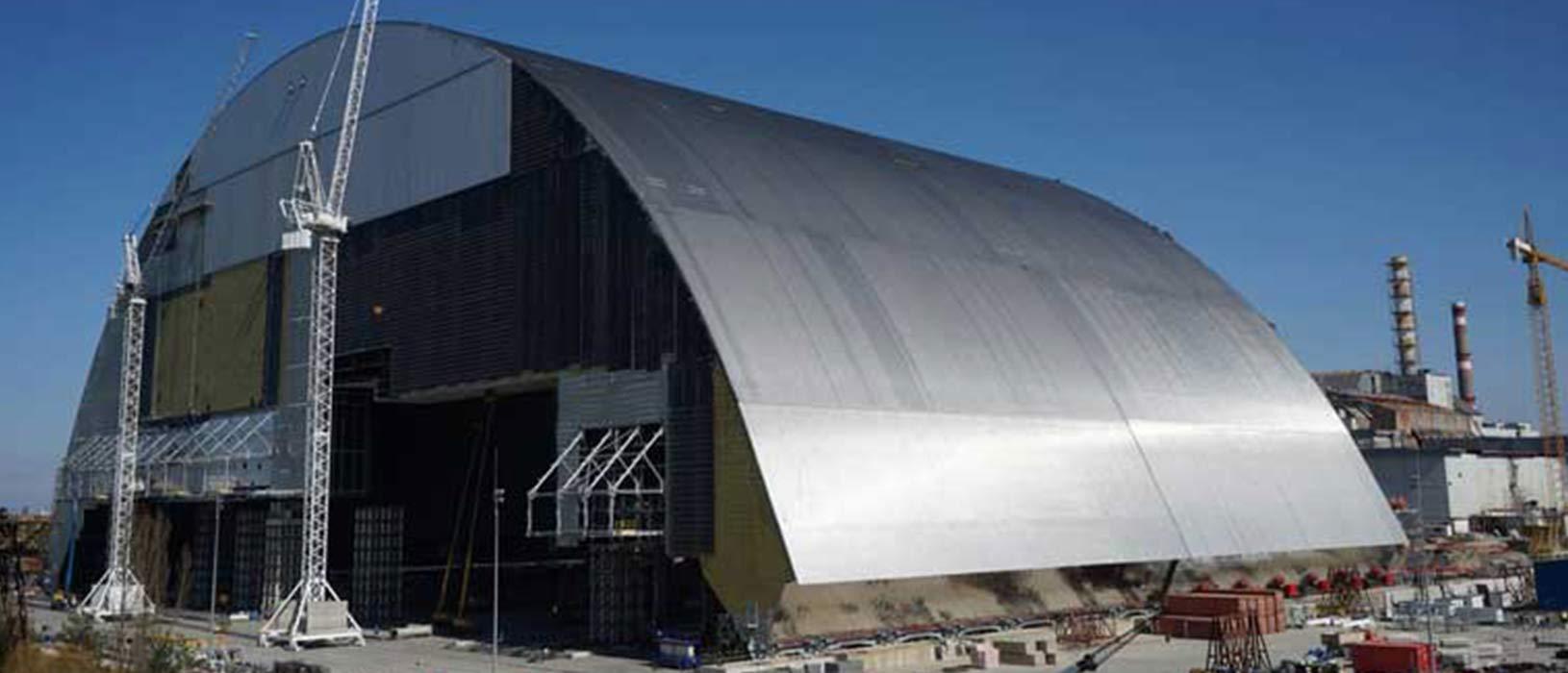 Die neue Schutzhülle um den zerstörten Reaktor 4 des Atomkraftwerks Tschernobyl in der Ukraine. Der südwestfälische Hersteller EJOT Baubefestigungen GmbH lieferte drei Millionen Spezialschrauben. Foto: EBRD