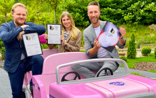 "Das Marketing Team des Movie Park Germany hält die begehrte Auszeichnung ""german brand award 2020"" in den Händen. Bild: Movie Park Germany"