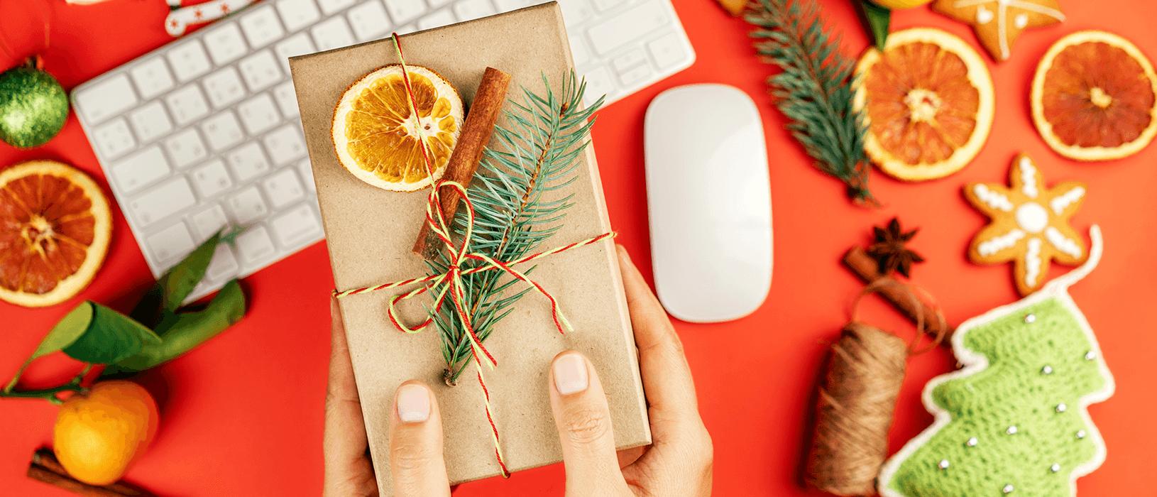 Ein Werbegeschenk zu Weihnachten bereitet Kunden nicht nur eine Freude, sondern gehört gerade in 2020 zum guten Ton. Bild: iStock