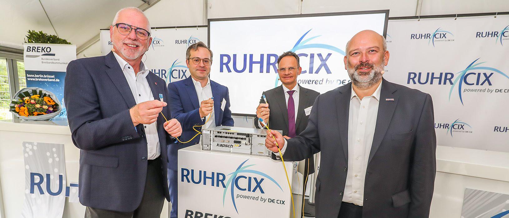 Geschäftsleute bei der Pressekonferenz zum Startschuss des Internetknotens Ruhr-CIX im Ruhrgebiet